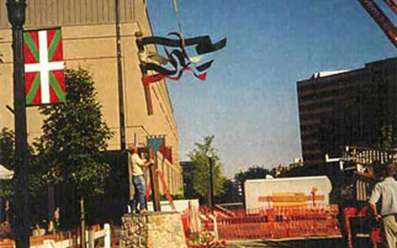 Installation of the Basque flag sculpture.